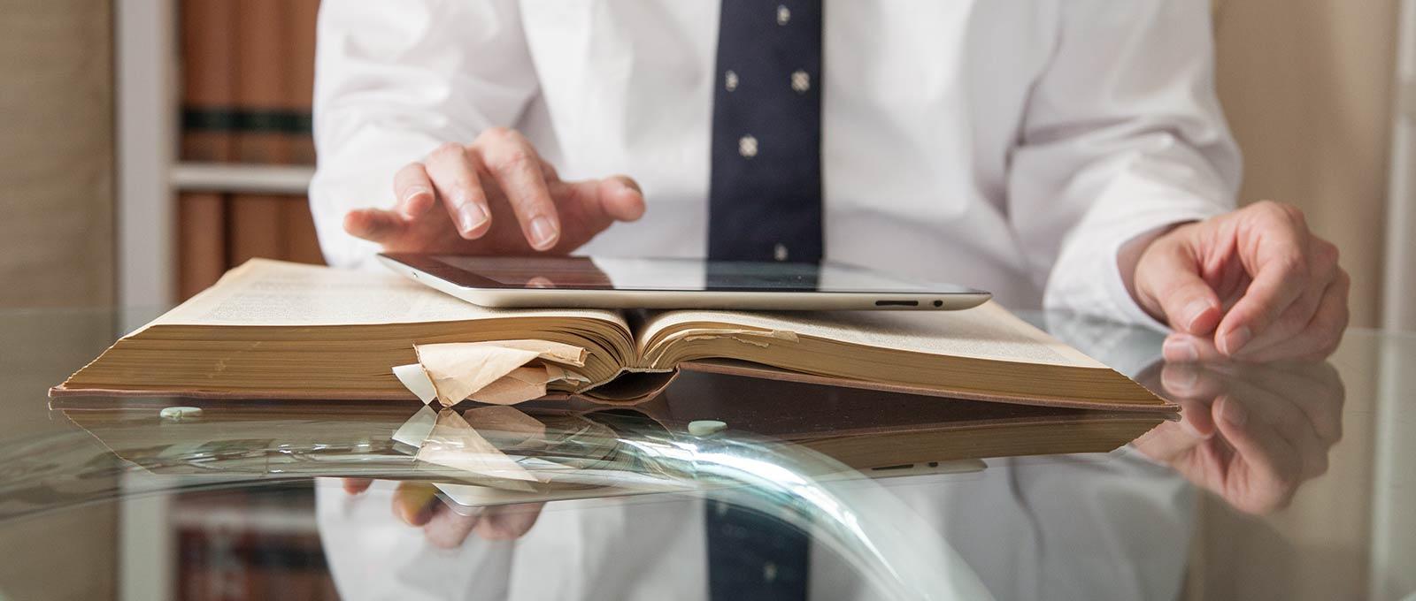 Rechtsanwalt aus Lübeck mit einem iPad
